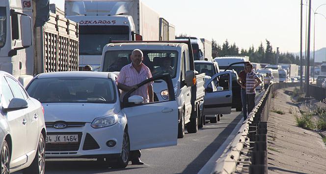TEMde 5 araç birbirine girdi, 10 kilometre kuyruk oluştu