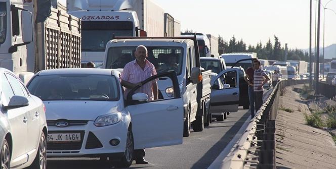 TEM'de 5 araç birbirine girdi, 10 kilometre kuyruk oluştu