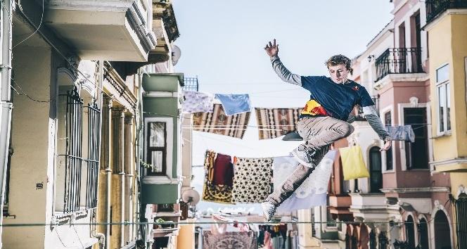 Eminönü'nde çamaşır ipleri arasında sıra dışı gösteri