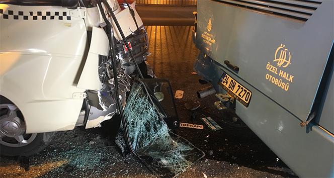 Fatihte minibüs ile özel halk otobüsü çarpıştı: 10 yaralı