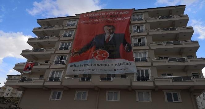 Gaziantep'te binalar MHP bayraklarına büründü