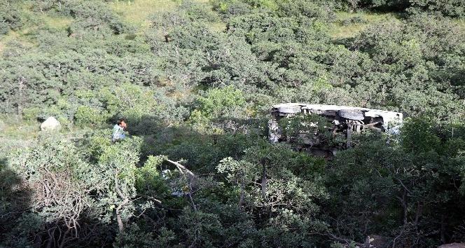 Dağdan şarampole yuvarlanan minibüsten sağ kurtuldular