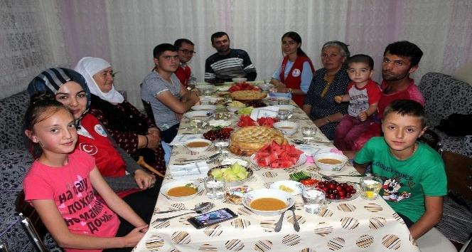 Gençler Ahıska Türkü ailelerin iftar sofrasına ortak oldu