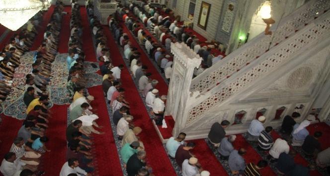 Binlerce kişi Ramazan ayını son teravih namazıyla Balıklıgöl'de uğurladı