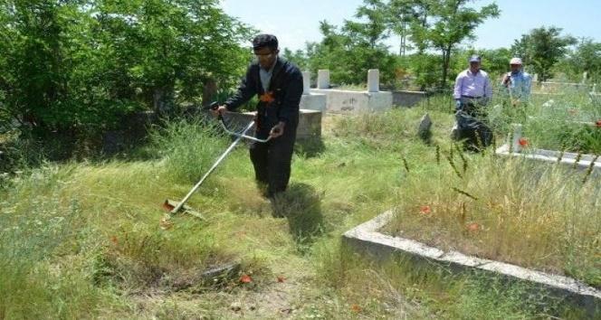 Erciş'te mezarlıklar bayrama hazır