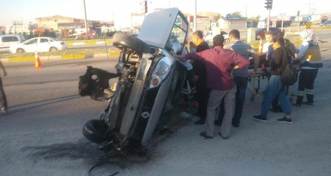 Otomobil, trafik levhalarına çarptı: 5 yaralı