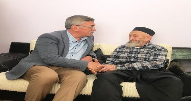 Başkan Çetin, asırlık çınarları ziyaret edip hayır dualarını alıyor