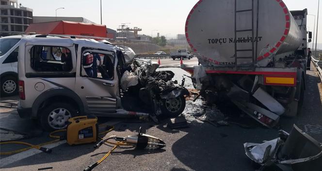 Emniyet şeridinde duran tankere arkadan çarptı: 2 ölü