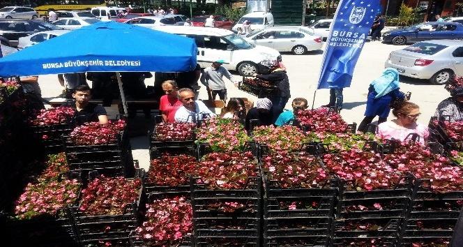 Ziyaretler vatandaştan çiçekler Büyükşehir'den