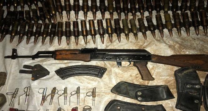 Hakkari'de bir mağarada silah ve mühimmat ele geçirildi