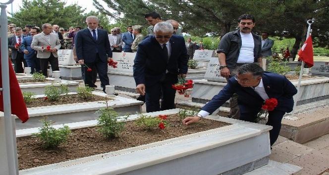 Bakan Yılmaz şehitlerin mezarlarını ziyaret edip, karanfil bıraktı