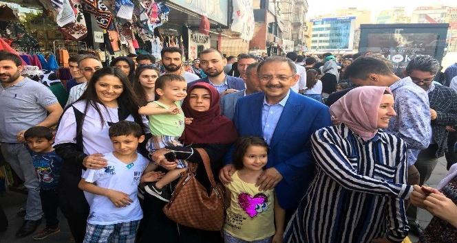 Bakan Özhaseki bayram alışverişi yapan vatandaşlarla buluştu