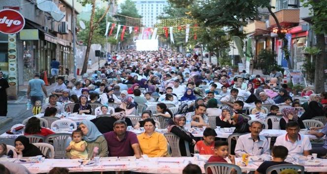 Bayrampaşa'da 100 bin komşu iftarda buluştu