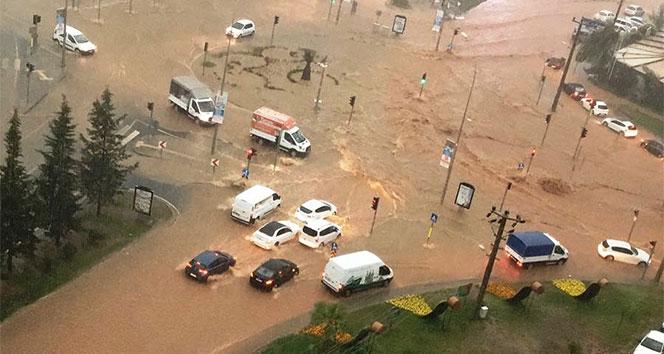 Otomobiller sel sularında sürüklendi, sürücüler mahsur kaldı