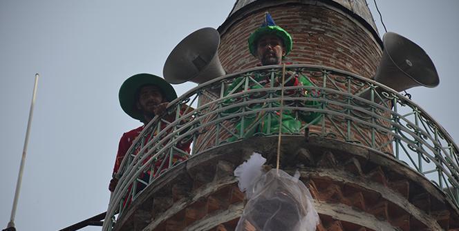 Minareye çıkıp bunu yaptılar! 700 yıllık gelenek