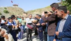 Köylüler ekmeğini Mehmetçik ile paylaştı
