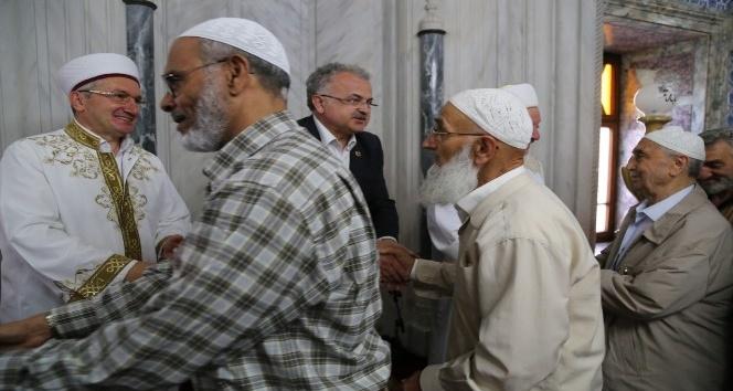 Başkan Kasap, bayram namazı sonrası vatandaşlarla bayramlaştı