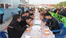 Bayram namazı sonrası vatandaşlara gırar sıbe ikramı