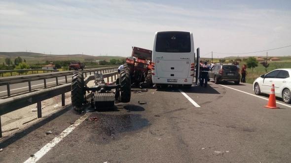 Korkunç görüntü! Turistleri taşıyan otobüse çarptı...