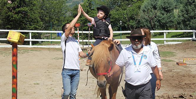 Henüz 18 aylıkken otizm tanısı konulmuştu... At terapisiyle hayata tutundu