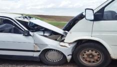 Minibüs ile otomobil çarpıştı: 1 ağır, 7 yaralı