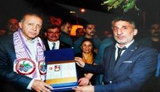 Cumhurbaşkanı Erdoğan için hazırladığı nüfus cüzdanını kendisine takdim etti