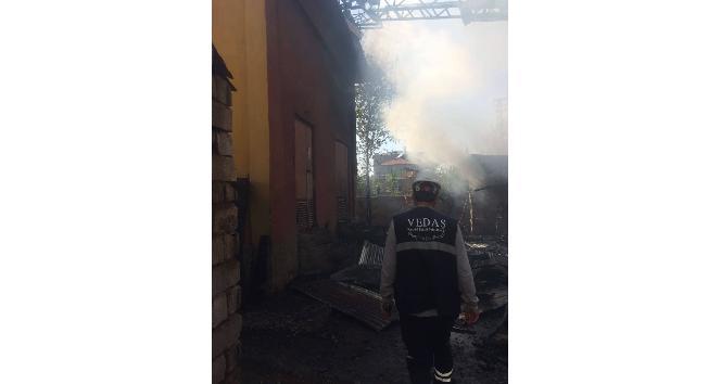 Vanda kömürlük ve depo yangını
