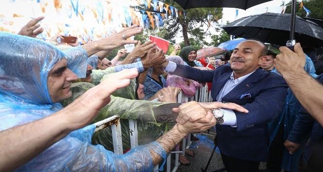 Bakan Çavuşoğlu, Burdurda yağmur ve doluya yakalandı