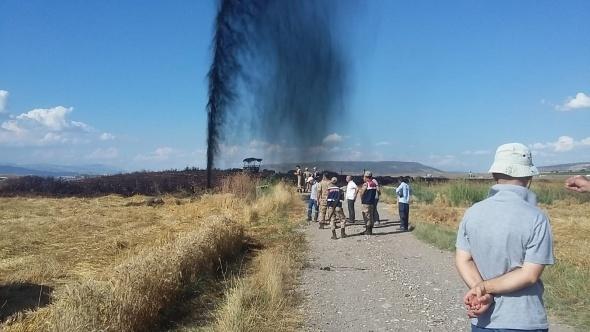 Topraktan adeta fışkırdı! Tonlarca petrol etrafa saçıldı!