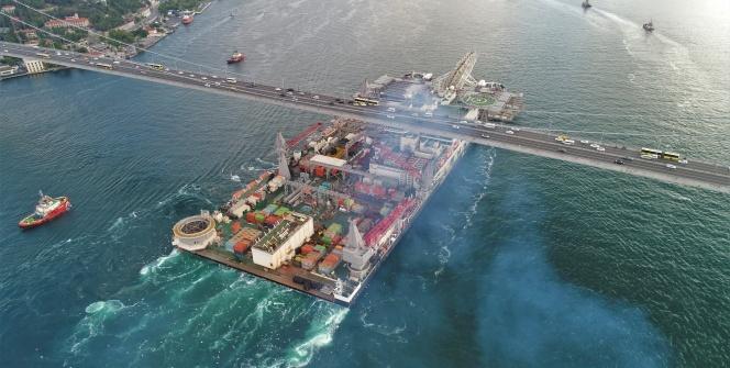 Dünyanın en büyük inşaat gemisi İstanbul Boğazı'ndan böyle geçti