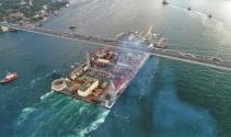 Dünyanın en büyük inşaat gemisi İstanbul Boğazından böyle geçti