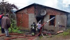 Yaşlı kadın yanan evini çıplak ayaklarıyla çaresizce izledi