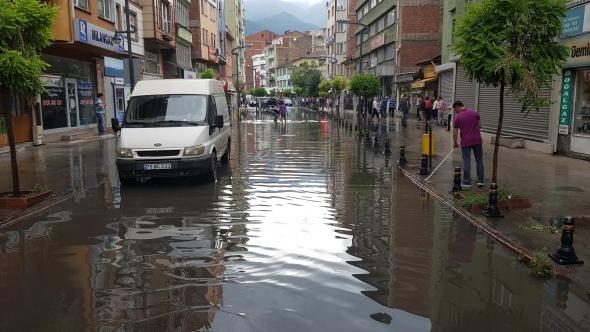 Aniden bastırdı... Sokaklar göle döndü!