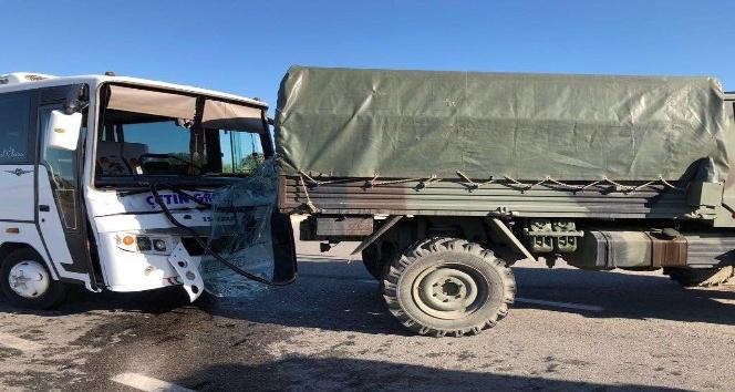 Askeri araç ile işçi servisi çarpıştı: 5 yaralı