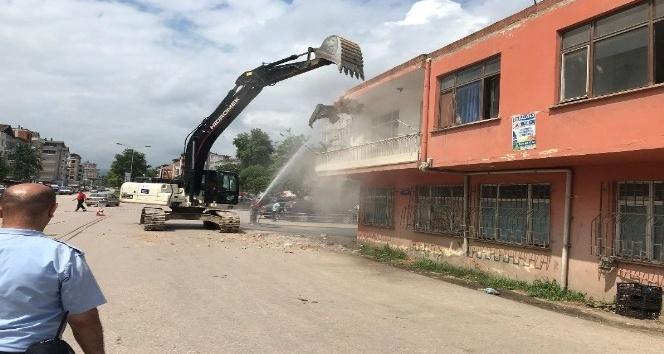 Yolda kalan binanın yıkımı tamamlandı