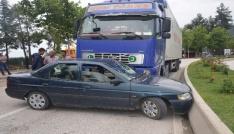 Tır ile çarpışan otomobil 70 metre sürüklendi, içindeki 3 kişi yaralandı