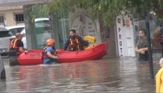 Selde mahsur kalan vatandaşlar şişme botla kurtarıldı