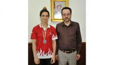Milli boksör kupa sevincini Rektör Bircan ile paylaştı
