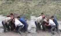 Eşeği selden kurtarmak için canlarını tehlikeye attılar