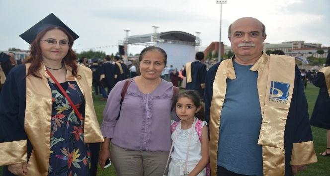 Biri 56 diğeri 59 yaşında üniversiteden mezun oldular