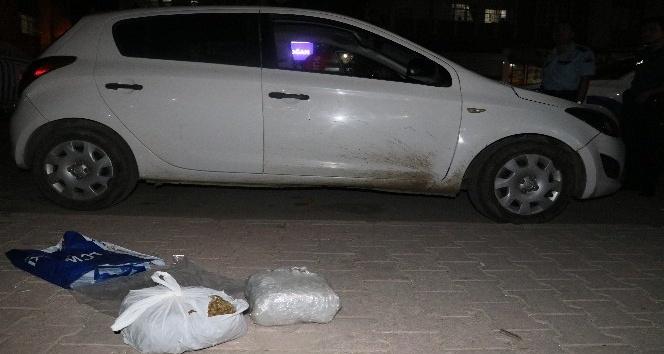 Kovalama sonucu yakalanan araçtan 4 kilo esrar çıktı