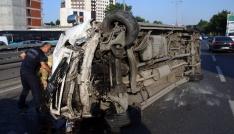 Bayrampaşada lastiği patlayan servis minibüsü devrildi: 1 yaralı