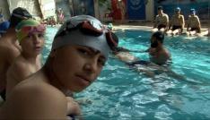 Polis ağabeyleri sayesinde havuzla tanıştılar