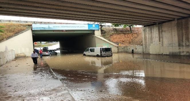 Sancaktepede alt geçitte su baskını: 1 araç mahsur kaldı
