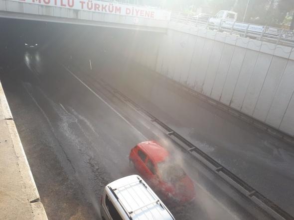 Sağanak yağış sonrası her iki yönü ulaşıma kapandı!