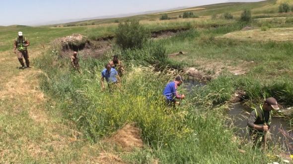Leyla için gelen avcı ekibi dürbünlerle kargaları gözlüyor