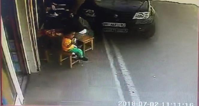 Kamyonet kaldırımdaki anne ve 2 çocuğuna çarptı