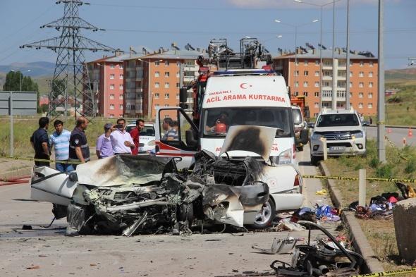 Yanan araçtan çıkamadılar: 5 ölü