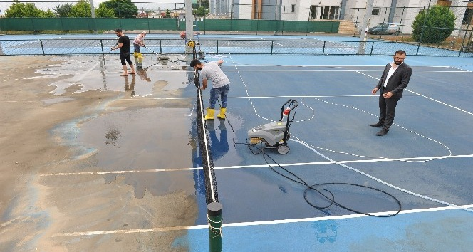 Tenis kortlarında yaz temizliği