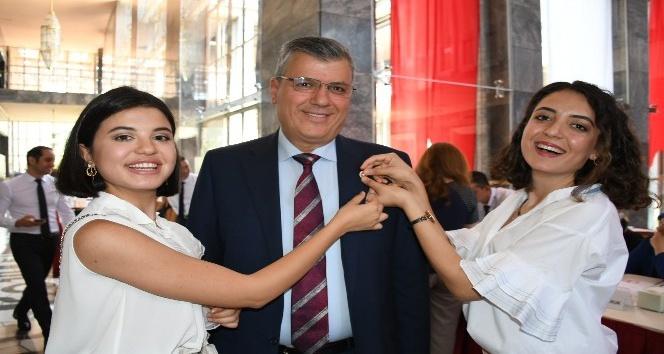 Ayhan Barut'un rozetini kızları taktı